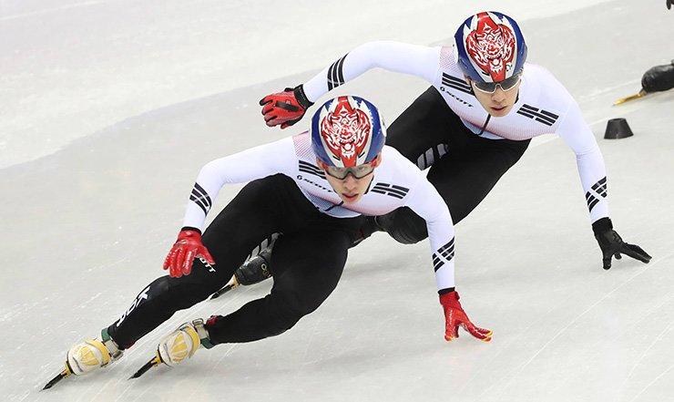 Lim Hyo-jun, left, and Hwang Dae-heon of South Korea race in the men's 1,500-meter short track speed skating final at Gangneung Ice Arena, Feb.10./ Yonhap