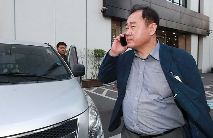 A Gangseo Police Station investigator leaves an ad agency in Gongdeok-dong, Mapo-gu in Seoul, April 21, after raiding the company to search for evidences to prove the tax evation charge of Cho Hyun-min, Korean Air's senior vice president. / Yonhap