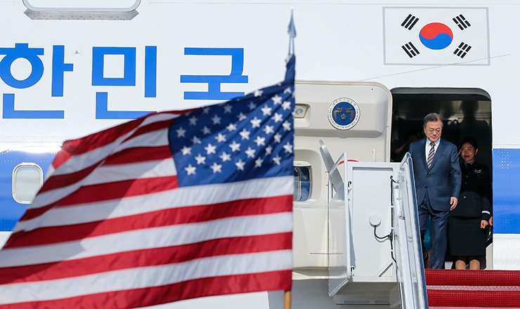President Moon Jae-in disembarks from a plane after arriving at Joint Base Andrews in  Maryland, Monday (local time). / Yonhap