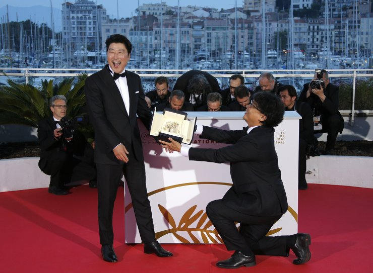 72nd Cannes Film Festival - Photocall after Closing ceremony - Cannes, France, May 25, 2019. Director Bong Joon-ho, Palme d'Or award winner for his film 'Parasite.' Reuters