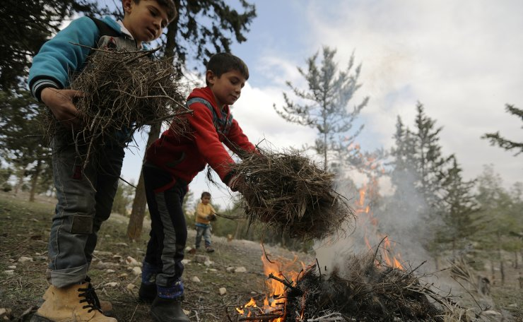 Internally displaced children start a fire at a makeshift camp in Qatmah village, West of Azaz, Syria February 17, 2020. Reuters