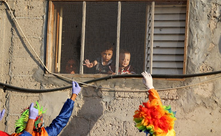 Clowns perform to entertain Palestinian children during a lockdown following the outbreak of the coronavirus disease (COVID-19), in Khan Younis in the southern Gaza Strip September 2, 2020.  Reuters