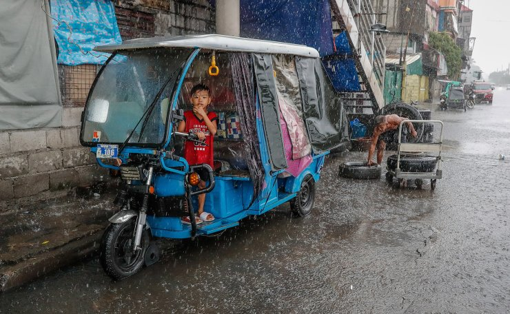 A child eats bread inside an electric vehicle along a vulcanizing shop in Manila, Philippines, 02 September 2020 (issued 03 September 2020). As a consequence of the difficulties of access to contraceptive methods due to the COVID-19 crisis, the Philippines expects a 'baby boom' in 2021 with more than 2 million births -the highest figure in two decades-, which will foreseeably make the country exceed the barrier of 110 million inhabitants. EPA