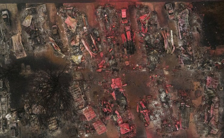 Red fire retardant blankets burned residences and vehicles in the aftermath of the Almeda fire in Talent, Oregon, U.S., September 13, 2020. Picture taken with a drone. Reuters