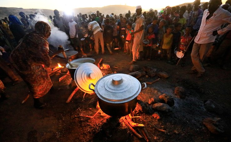 Ethiopian refugees fleeing from the ongoing fighting in Tigray region, wait for food at the Um-Rakoba camp, on the Sudan-Ethiopia border, in the Al-Qadarif state, Sudan November 23, 2020. REUTERS