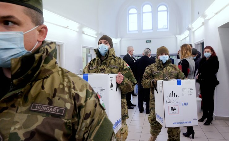 Hungarian soldiers carry the first shipment of Pfizer-BioNTech coronavirus disease (COVID-19) vaccines at the Del-Pest Central Hospital in Budapest, Hungary, December 26, 2020. Reuters