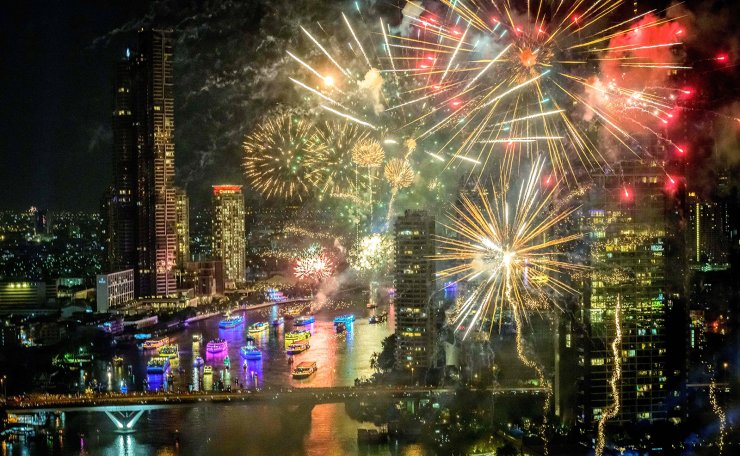 New Year's Eve fireworks erupt over the Chao Phraya river during the fireworks show in Bangkok on January 1, 2021. AFP