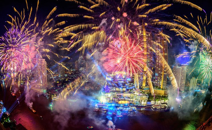 New Year's Eve fireworks erupt over Chao Phraya river during the fireworks show for New Year's Eve in Bangkok on January 1, 2021. AFP