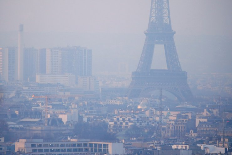 The Eiffel Tower is surrounded by a small-particle haze which hangs above the skyline in Paris, France, December 9, 2016 as the City of Light experienced the worst air pollution in a decade.  REUTERS