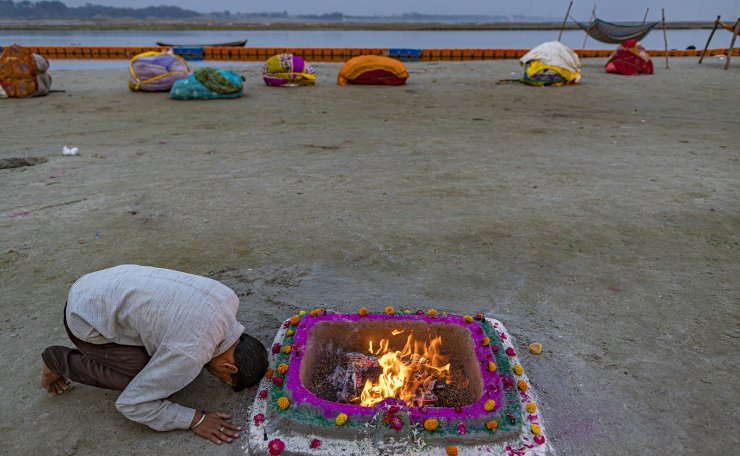 A Hindu performs an evening ritual at Sangam, the confluence of the rivers Ganges and Yamuna on Ramnavami in Prayagraj, India, Wednesday, April 21, 2021. AP