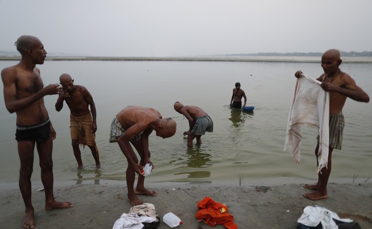 Indian Hindus perform an evening ritual at Sangam, the confluence of the rivers Ganges and Yamuna on Ramnavami in Prayagraj, India, Wednesday, April 21, 2021. AP