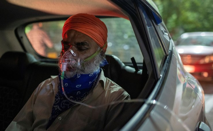 A man with a breathing problem receives oxygen support for free inside his car at a Gurudwara (Sikh temple), amidst the spread of coronavirus disease (COVID-19), in Ghaziabad, India, April 24, 2021. REUTERS