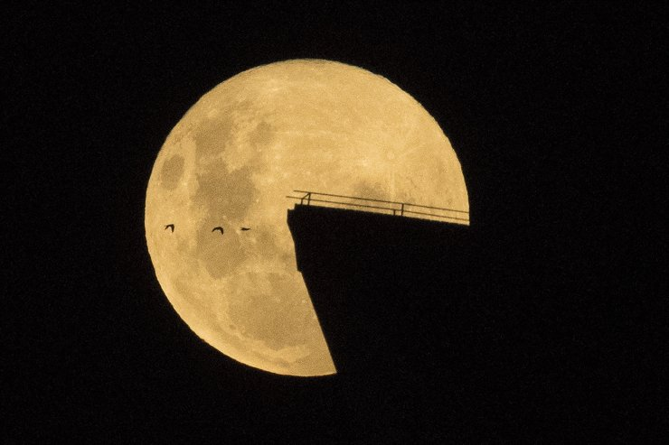 The Super Pink Moon rises behind the sails of the Sydney opera House, Australia, 27 April 2021 The super full moon is named this way because it is at its closest to earth and thus appears bigger than a normal full moon. EPA
