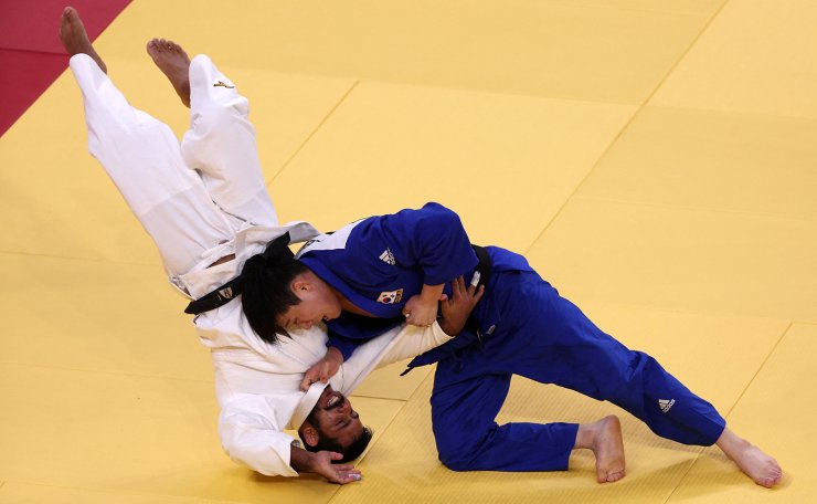 Lebanon's Nacif Elias (white) and South Korea's Lee Sungho compete in the judo men's -81kg elimination round bout during the Tokyo 2020 Olympic Games at the Nippon Budokan in Tokyo on July 27, 2021. AFP