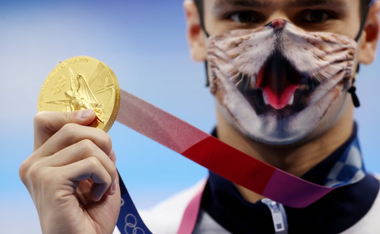 Tokyo 2020 Olympics - Swimming - Men's 200m Backstroke - Medal Ceremony - Tokyo Aquatics Centre - Tokyo, Japan - July 30, 2021. Evgeny Rylov of the Russian Olympic Committee wearing a face mask poses with the gold medal. REUTERS
