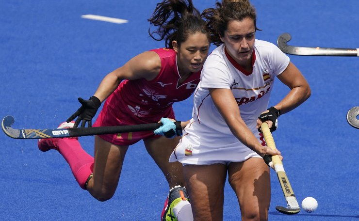 Spain's Lola Riera Zuzuarregui, right, drives up the pitch against Japan's Aki Yamada during a women's field hockey match at the 2020 Summer Olympics, Saturday, July 31, 2021, in Tokyo, Japan. AP