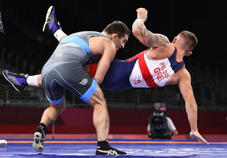 Tokyo 2020 Olympics - Wrestling - Freestyle - Men's 65kg - Last 16 - Makuhari Messe Hall A, Chiba, Japan - August 6, 2021. Georgios Pilidis of Greece in action against Magomedmurad Gadzhiev of Poland. REUTERS