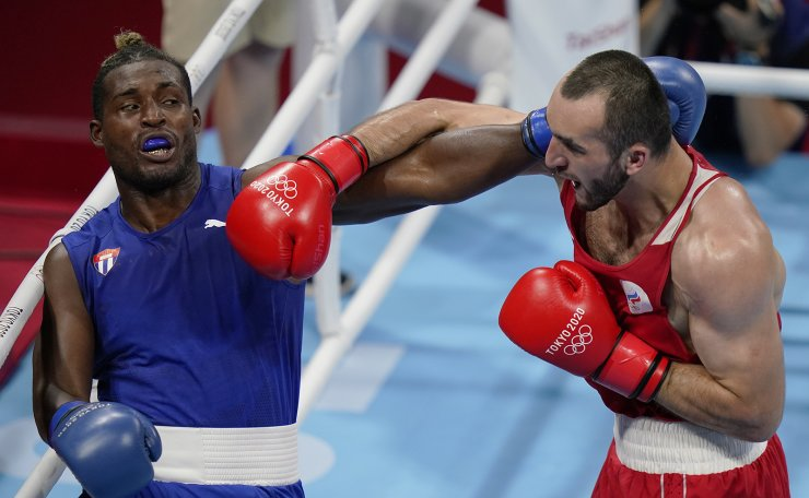 Muslim Gadzhimagomedov, of the Russian Olympic Committee, right, exchanges punches with Cuba's Julio la Cruz during their men's heavyweight 91-kg boxing match at the 2020 Summer Olympics, Friday, Aug. 6, 2021, in Tokyo, Japan. AP
