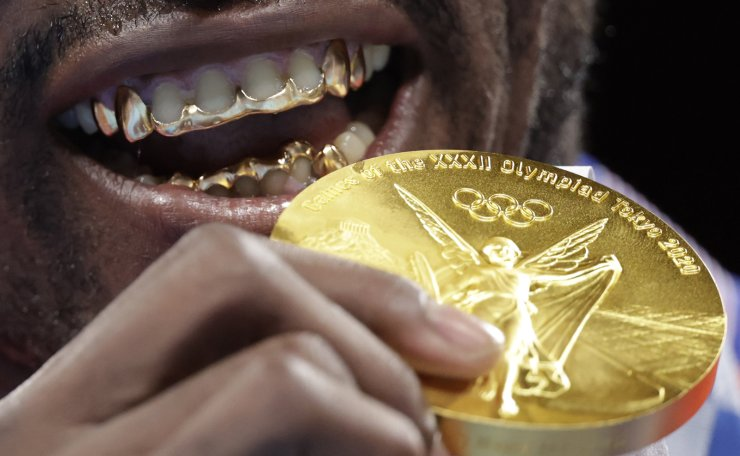Tokyo 2020 Olympics - Boxing - Men's Heavyweight - Medal Ceremony - Kokugikan Arena - Tokyo, Japan - August 6, 2021. Gold medallist Julio Cesar La Cruz of Cuba poses for photos. REUTERS