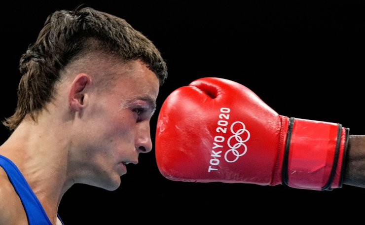 Cuba's Andy Cruz (red) and Australia's Harrison Garside fight during their men's light (57-63kg) semi-final boxing match during the Tokyo 2020 Olympic Games at the Kokugikan Arena in Tokyo on August 6, 2021. AFP