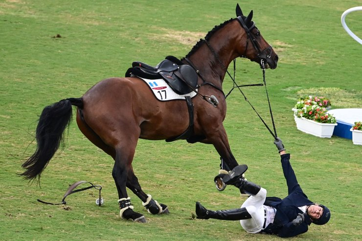 Guatemala's Charles Fernandez falls off Fluoriet as he competes in the men's individual riding show jumping of the modern pentathlon during the Tokyo 2020 Olympic Games at the Tokyo Stadium in Tokyo on August 7, 2021. AFP