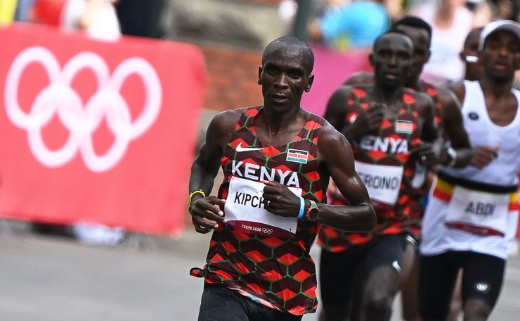 Kenya's Eliud Kipchoge (L) competes in the men's marathon final during the Tokyo 2020 Olympic Games in Sapporo on August 8, 2021. AFP