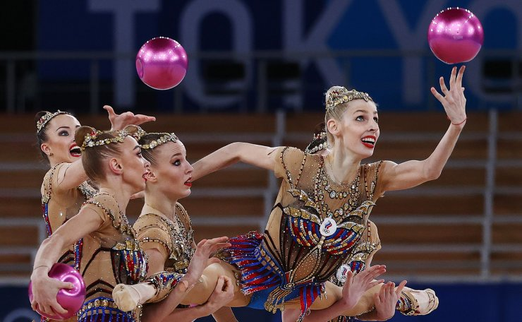 Tokyo 2020 Olympics - Gymnastics - Rhythmic - Group All-Around - Final - Rotation 1 - Ariake Gymnastics Centre, Tokyo, Japan - August 8, 2021. Team Russian Olympic Committee in action with balls. REUTERS
