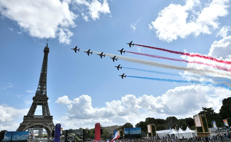 French aerial patrol 'Patrouille de France' fly over the fan village of The Trocadero set in front of The Eiffel Tower, in Paris on August 8, 2021 upon the transmission of the closing ceremony of the Tokyo 2020 Olympic Games. AFP