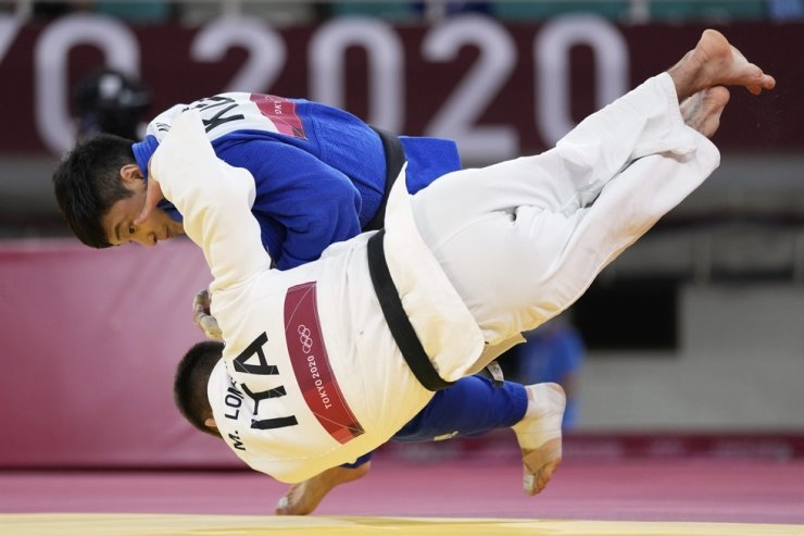 An Baul of South Korea, top, and Manuel Lombardo of Italy compete during their men's -66kg bronze medal judo match at the 2020 Summer Olympics in Tokyo, Sunday. / AP-Yonhap