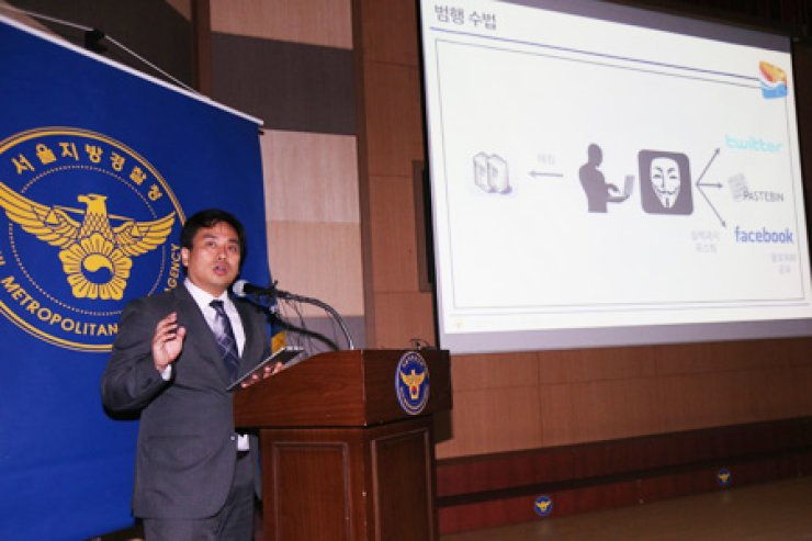 A police officer speaks during a press briefing on a high school student suspected of hakcing a total of 3,847 websites since April 2015 at the Seoul Metropolitan Police Agency (SMPA) in central Seoul on June 14, 2016. / Yonhap