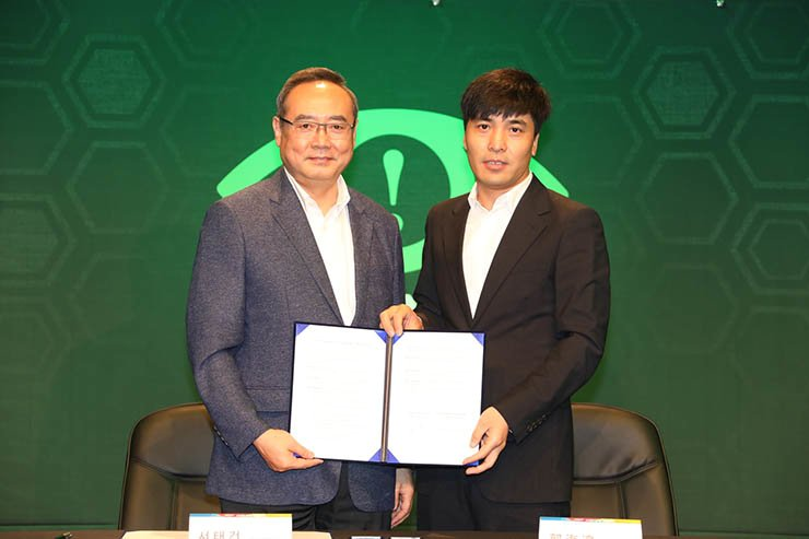 Eyedentity Entertainment CEO Guo Haibin, right, poses with Seo Tae-geon, chief of the organizing committee of Busan Indie Connect Festival, after signing an agreement for cooperation in the e-sport business at Nexon Arena in Seoul, Wednesday. / Courtesy of Eyedentity Entertainment