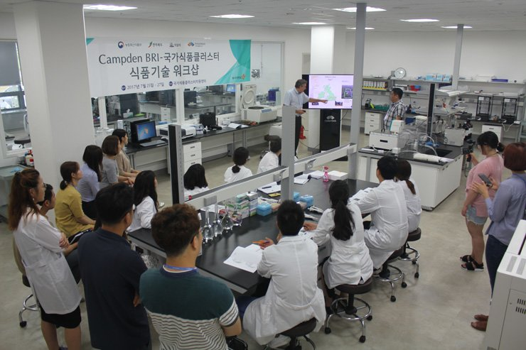 A researcher from Campden BRI explains the company during a workshop at the Korea National Food Cluster, or Foodpolis, in Iksan, North Jeolla Province, Tuesday. The cluster organized the event for local food firms and invited the 100-year-old U.K. food research institute to share its knowhow and expertise with them. / Courtesy of Foodpolis
