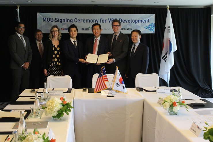 Korea Electric Power Corp. (KEPCO) CEO Cho Hwan-eik, third from right, with Sunverge CEO Kenneth Munson, second from right, in San Francisco after signing a memorandum of understanding to cooperate in the rapidly emerging virtual power plant (VPP) market, Thursday. Sunverge is a leading developer of the VPP platform, which integrates different power sources by using information and communication technologies and internet of things devices to provide a reliable supply. / Courtesy of KEPCO