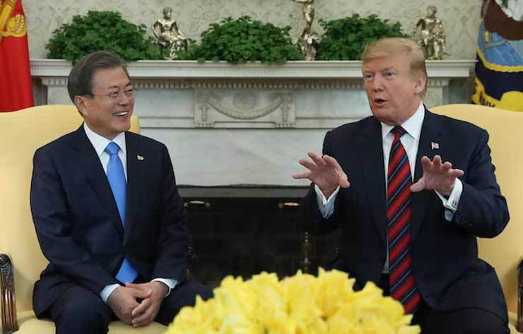 President Moon Jae-In, left, meets with U.S. President Donald Trump in the Oval Office of the White House  in Washington, D.C., in this April 12 (local time) photo. Yonhap
