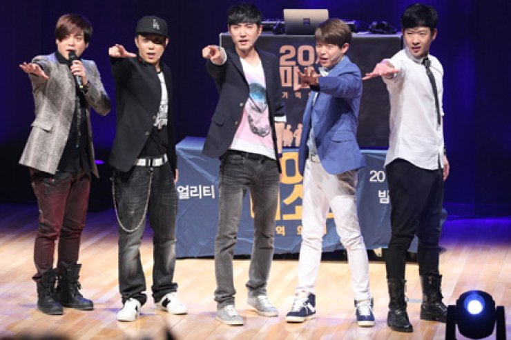 Moon Hee-jun, Eun JI-won, Danny Ahn, Tony An and Cheon Myeong-hoon pose in a press conference for their show titled 'Pretty Boys of the20th Century' in this file photo. / Courtesy of QTV