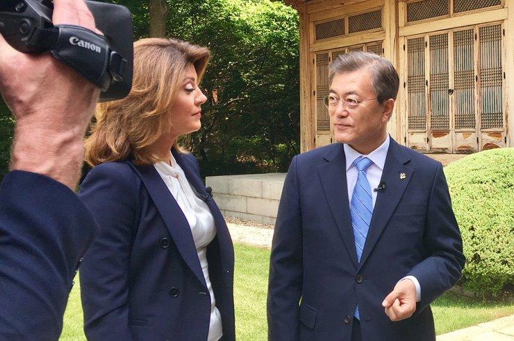 President Moon Jae-in holds an interview with Norah O'Donnell, a co-host of  the U.S. broadcaster CBS' news program 'This Morning,' at Cheong Wa Dae in Seoul, Tuesday. / Courtesy of Cheong Wa Dae