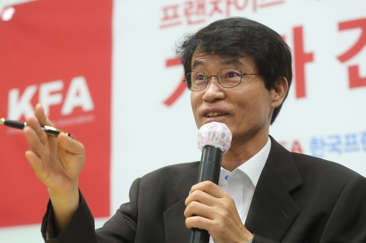 Prof. Choi Young-hong of Korea University announces reform plans for the country's franchise businesses during a press conference at the Korea Franchise Association's head office in Seoul, Thursday. / Yonhap