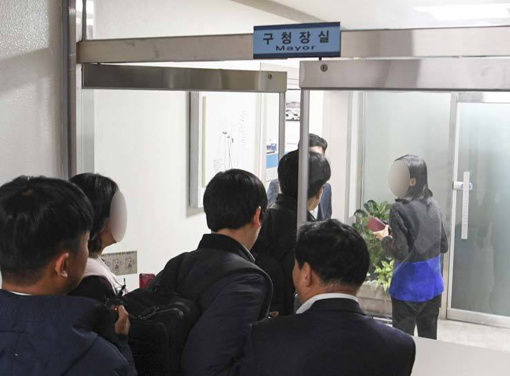 Prosecutors enter the office of Kim Soo-young, head of Yangcheon-gu Office in southwestern Seoul, Nov. 26, to search and seize evidence regarding the allegation that she received a bribe from a businessman through her husband in 2014. / Korea Times
