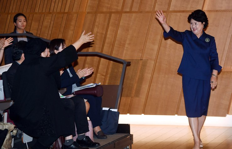 First lady Kim Jung-sook waves hand at audience during the event celebrating establishment of single parent family day at Ferrum Tower in Jongno, central Seoul in this May 2018 photo. The Ministry of Gender Equality and Family said Thursday financial hardhip is the top concern for single-parent familes. / Korea Times photo by Koh Young-kwon