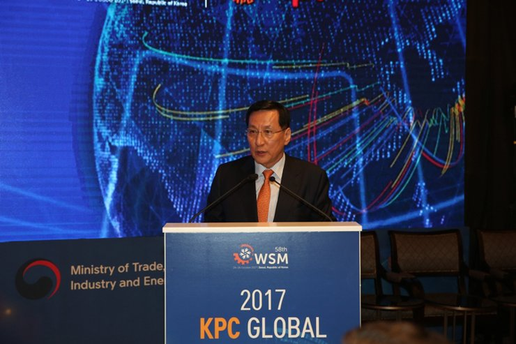 <span>Korea Productivity Center Chairman Hong Soon-jick delivers an opening speech at a conference on the Fourth Industrial Revolution and the future of productivity at Le Meridien Seoul, Thursday. / Courtesy of Korea Productivity Center</span><br /><br />