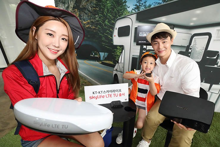 Models promote KT and KT SkyLife's new satellite TV service based on the LTE network at the telecom company's office near Gwanghwamun, Seoul, Wednesday. / Courtesy of KT