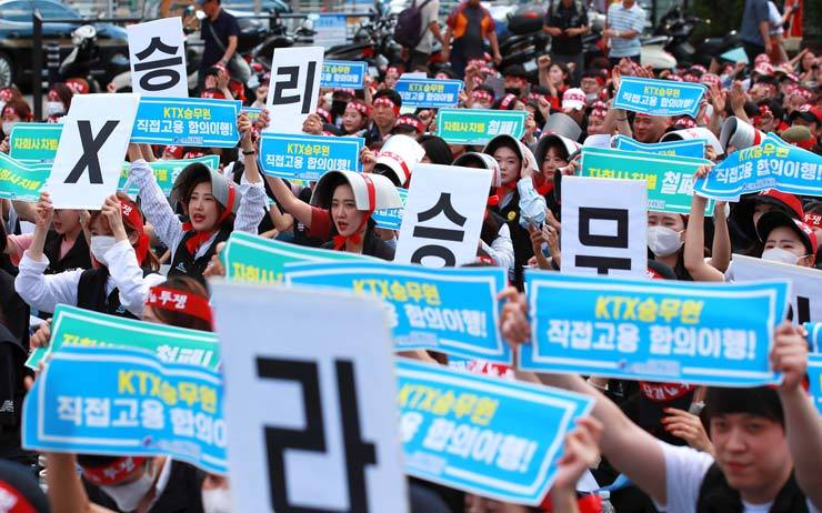 Train crew members of the nation's two high-speed trains KTX and SRT hold a rally at Seoul Stataion Plaza, Wednesday, as they launched a six-day strike, calling for a wage increase and direct employment by KORAIL. / Yonhap