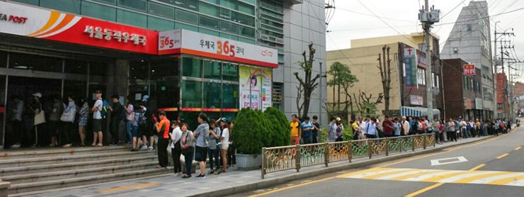 People wait in line to purchase stamps commemorating President Moon Jae-in's inauguration in front of a post office in Dongjak-gu, Seoul, Thursday. Thursday marked the 100th day since his inauguration.  / Yonhap