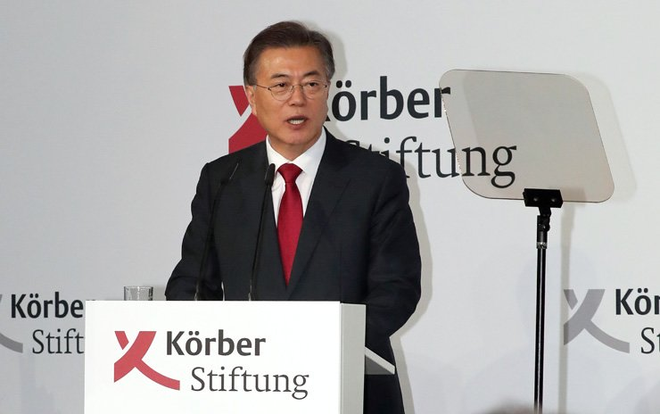 President Moon Jae-in speaks about peace on the Korean Peninsula, inter-Korean relations and unification at the old city hall of Berlin, Germany, Thursday. The non-profit Korber Foundation invited the President to the event. / Yonhap