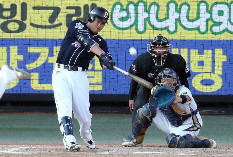 Doosan Bears' Oh Jae-il hit a three-run home run in the top of the sixth inning during his team's Korea Baseball Organization League's second round postseason series at Masan Stadium in Changwon, South Gyeongsang Province, Saturday. The Bears won 14-5. / Yonhap