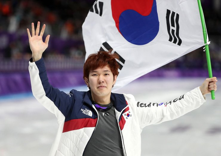 Kim Tae-yun waves to fans after winning the bronze medal in the men's 1,000-meter speed skating race at Gangneung Oval, Sunday. / Yonhap