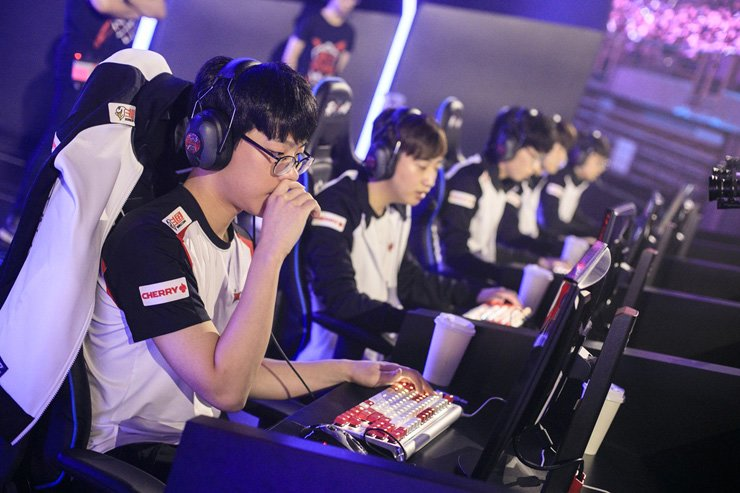 Korean esports gamers play 'League of Legends' during a competition at the Dalian Sports Center Stadium in China, July 8. Hwang Sung-ik, president of the Korea Mobile Game Association said the government should ease regulations on game companies to help them strengthen their competitiveness to make inroads into foreign markets. / Courtesy of Riot Games