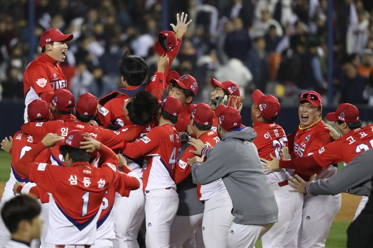 The Kia Tigers players celebrate their Korean Series title over the Doosan Bears with a 7-6 victory at Jamsil Baseball Stadium in Seoul, Monday. / Yonhap