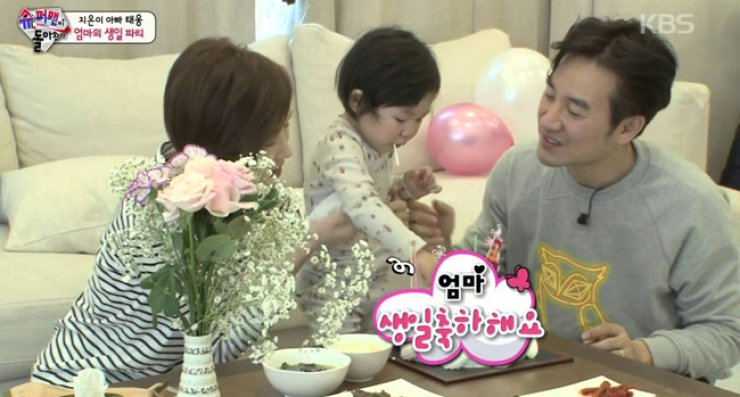 Uhm Tae-woong, right, with his wife Yoon Hae-jin and daugher from KBS's 'The Return of Superman' / Courteys of KBS