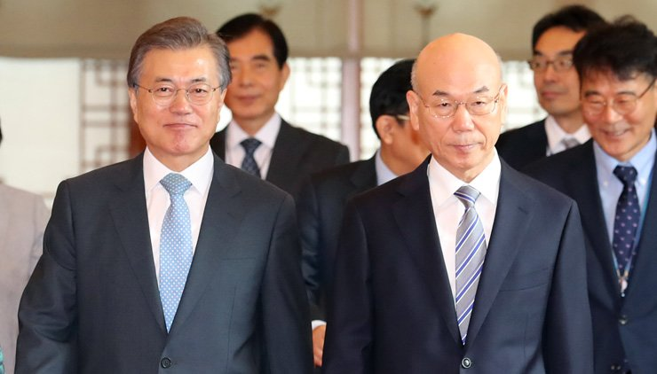 President Moon Jae-in, left, and Korea Communications Commission Chairman Lee Hyo-seong walk to attend a meeting at Cheong Wa Dae, Monday. / Yonhap